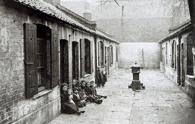 Victorian facts: black and white photograph of Victorian children in a London slum