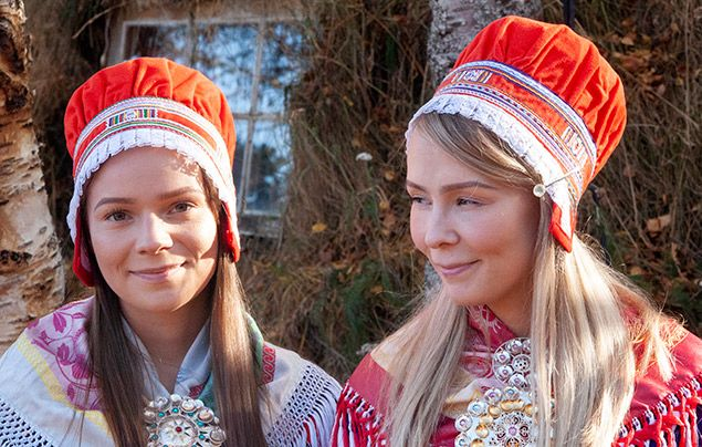 Sámi people: Sámi sisters in traditional dress